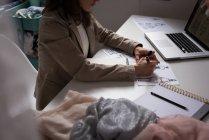 Section médiane du couturier, faire des croquis dans le studio de design. — Photo de stock