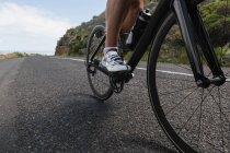 Байкер гірський велосипед їзда на дорозі у сонячний день — стокове фото