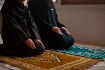 Mãe muçulmana e filha rezando salah — Fotografia de Stock