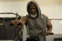 Визначено старший чоловік тренування в фітнес-студія. — стокове фото
