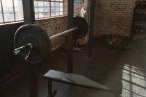 Закри штангу лаву в фітнес-студія. — стокове фото