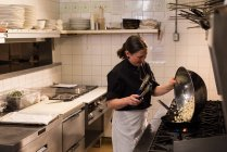 Köchin Kochen in der Großküche — Stockfoto
