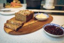Primo piano di fette di pane sulla tavola di legno in cucina — Foto stock