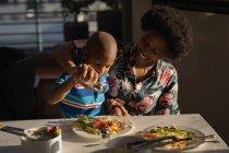Мати і син обприскування сіль на їжі в домашніх умовах — стокове фото