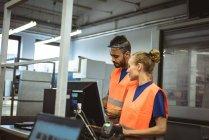 Dos trabajadores discutiendo entre sí en la fábrica - foto de stock
