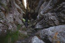 Турист піднімається на пагорбі, з рюкзака — стокове фото