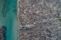 Antena de costa rocosa y el río en un día soleado - foto de stock