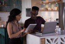Bürokollegen diskutieren über Laptop und digital-Tablette im Büro — Stockfoto
