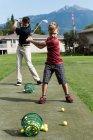 Отец и сын, ударяя гольф выстрел в курсе — стоковое фото