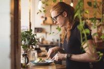 Seitenansicht der Mann am Tisch im Café zu frühstücken — Stockfoto