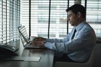 Бизнесмен, используя ноутбук столом в отеле — стоковое фото