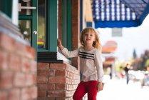 Ritratto di ragazza carina che sta vicino al negozio di libri — Foto stock