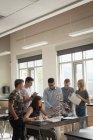 Учитель, оказании помощи студентам в эксперименте на молекулы в лаборатории — стоковое фото