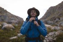 Nahaufnahme der Wanderer seine Kuh junge Hut Befestigung — Stockfoto