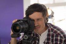 Макро фотограф фотосъемка в студии — стоковое фото