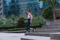 Молодая спортсменка бегает по улице — стоковое фото