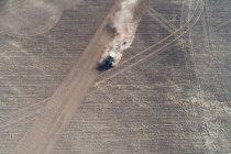 Aerea di trattore arare il campo in una giornata di sole — Foto stock
