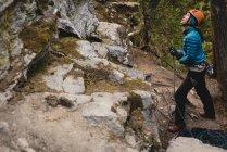 Определяется женского альпинист, восхождение скалистые скалы — стоковое фото