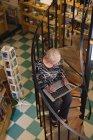 Старшие женщины, используя ноутбук в античный книжный магазин — стоковое фото