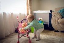 Adorable niña jugando con juguetes en casa - foto de stock