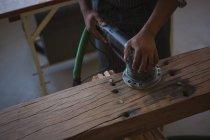 Mittelteil der Tischlerei nivelliert Holz mit Poliermaschine in Werkstatt — Stockfoto
