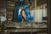 Máquina robótica azul en la fábrica comercial - foto de stock