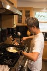Père de préparer un repas dans la cuisine à la maison — Photo de stock