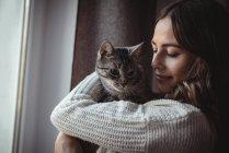 Крупный план красивой женщины, обнимающей своего домашнего кота — стоковое фото