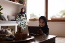 Chica musulmana usar tableta digital en el país - foto de stock