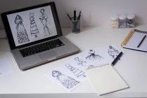 Нариси дизайн на стіл і ноутбука екран в дизайн-студії — стокове фото