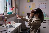 Designer donna utilizzando cuffie realtà virtuale in studio ufficio . — Foto stock