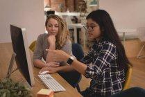 Dirigenti femminili che discutono al computer nell'ufficio creativo — Foto stock