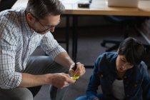 Escrita executiva masculina em notas pegajosas durante discussão no escritório . — Fotografia de Stock
