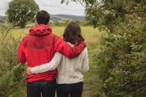 Affettuoso in piedi con il braccio intorno vicino campagna — Foto stock
