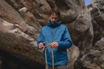 Wanderer, die Faltung Kletterseil zu bestimmen — Stockfoto