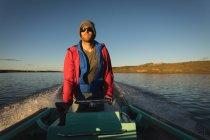 Їде моторний човен в річці при сонячному світлі. — стокове фото
