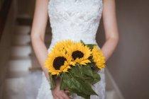 Средняя часть невесты с цветочным букетом — стоковое фото