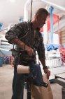 Людина упаковки вишуканий зерна з машиною заводі — стокове фото