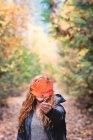 Donna che mostra la foglia di acero di autunno — Foto stock