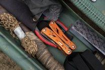 Attrezzature da pesca disposte in cassetta degli attrezzi — Foto stock