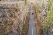 Вид с воздуха на велосипед на дороге — стоковое фото