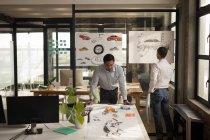Concepteurs automobiles travaillant au comptoir au bureau. — Photo de stock