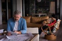 Executivo de escritório concentrado usando mesa no escritório criativo — Fotografia de Stock