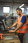 Männliche Arbeiter arbeiten auf Computer im Werk — Stockfoto