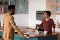 Giovani uomo d'affari comunica con cameriera nella caffetteria di ufficio — Foto stock