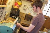 Мужской плотник резка инструмент на машине в мастерской — стоковое фото