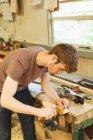 Junge Tischlerin mit Markierungsmessgerät in Werkstatt — Stockfoto