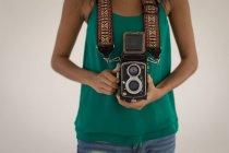 Середине раздел женского фотограф стоя с цифровой камерой — стоковое фото