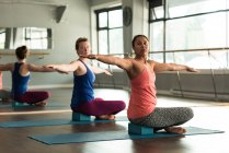 Donne che praticano yoga nello studio fitness in forma. — Foto stock