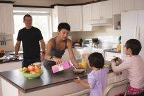Сім'я з сніданок на кухні таблиці — стокове фото